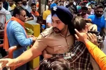 In Uttarakhand A Sikh Police Save A Muslim Boy Video Viral - Sakshi