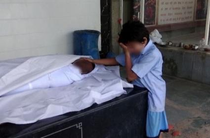 Delhi Sanitation Worker Viral Photo Raises 60 Lakhs Funds Now Make Controversy - Sakshi