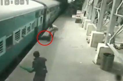 RPF constable saves passenger life in TamilNadu - Sakshi