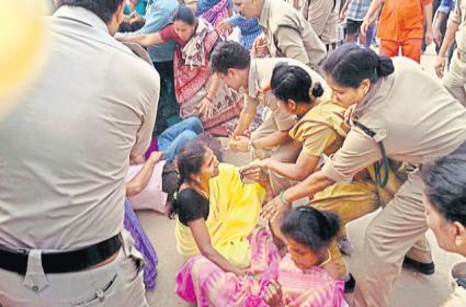Ap Afternoon meal workers fire on chandrababu govt - Sakshi