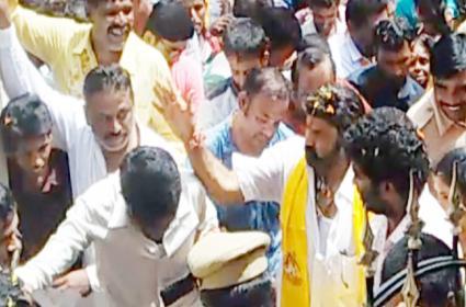 Hindupuram MLA And Cine Hero Balakrishna Fires On Fans And Activists - Sakshi