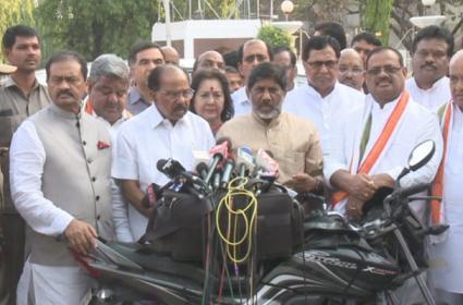 Telangana Congress Leaders Meet Governor Narasimhan Over Party Changes - Sakshi