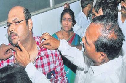 Narasaraopet Police Officer Attacks On Doctor - Sakshi