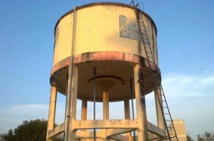 Watchmen saves villagers life by stops poison water supply - Sakshi