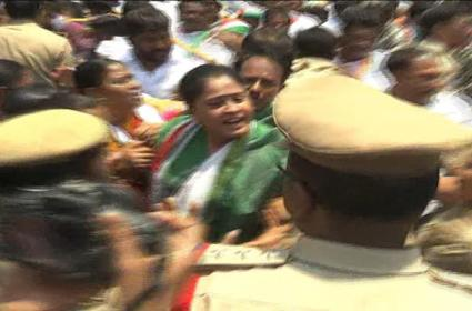 Vijayasanthi Arrest High Tension At Warangal Collectorate - Sakshi