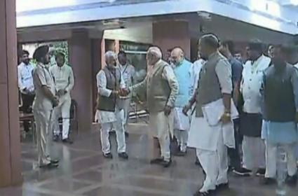 PM Narendra Modi Shake Hands With Vijayasai Reddy - Sakshi