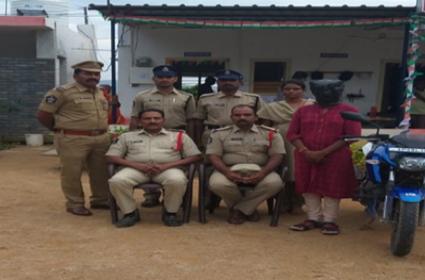 Woman Stolen A Bike After Asking For Lift In Kadapa - Sakshi