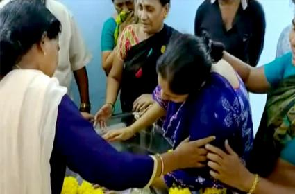 Godavari Boat Accident Victim Madhulatha Breakdown On Daughter Dead Body - Sakshi