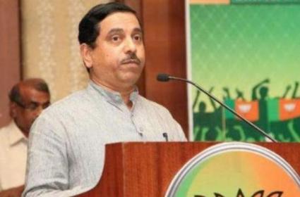 Pralhad Joshi Slams On CM KCR Over TRS Under Control On AIMIM - Sakshi