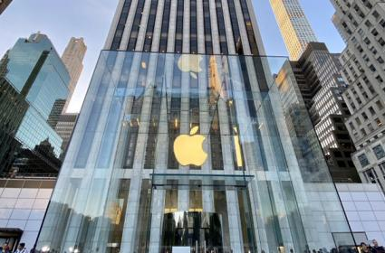 Apple CEO Tim Cook surprises customers at reopening of Fifth Avenue store - Sakshi
