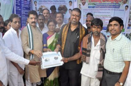 Avanthi Srinivas Distributes Rythu Bharosa Cheques In Chodavaram - Sakshi