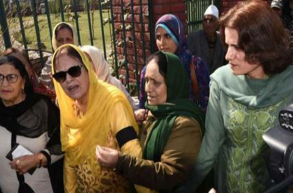 Farooq Abdullah Sister And Daughter Detained During Protest - Sakshi