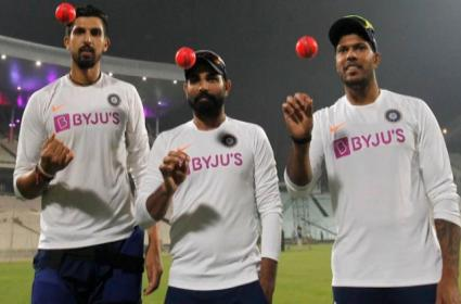 Pink Ball Test: Ishant Sharma throw First Pink Ball in India - Sakshi
