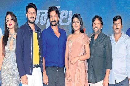 Director Srinivas Reddy Speech At Ragala 24 Gantallo Movie Pre Release - Sakshi