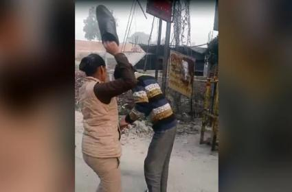 A woman constable thrashes a man for allegedly harassing girls - Sakshi