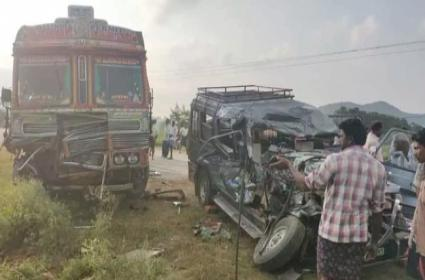 Four dead and seven injured in a tragic accident in Prakasam - Sakshi