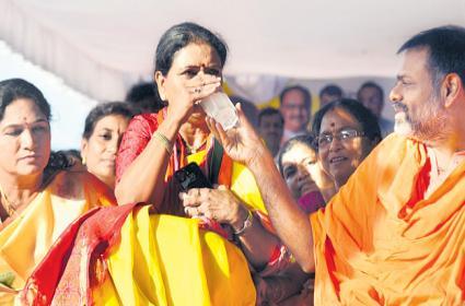 DK Aruna Calls For Phased Liquor Prohibition In Telangana - Sakshi