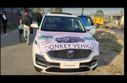 MG Hector Gets Pulled By Donkey - Sakshi