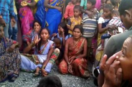 Hyderabad Encounter: Chennakesavulu Wife Protest - Sakshi