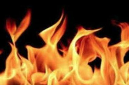 several cars gutted as fire breaks out at four wheeler - Sakshi