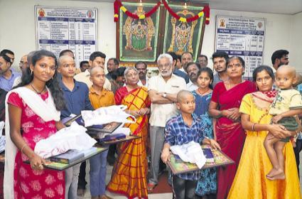 TTD Chairman YV Subba Reddy couple helps visually challenged kids to visit Tirumala - Sakshi