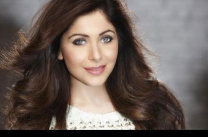 Singer Kanika Kapoor Fifth COVID Test Result Comes Negative - Sakshi