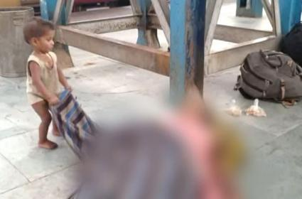 Baby Tries To Wake Dead Mother In Muzaffarnagar Station - Sakshi