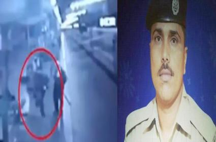 RPF Constable Chases Moving Train To Deliver Milk Packet To 4 Years Child - Sakshi