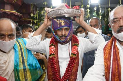 CM YS Jagan Offers Pattu Vastralu To Goddess Kanaka Durga - Sakshi