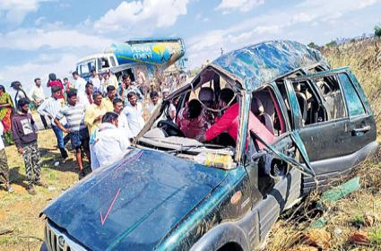 Two Persons Died In Road Accident Bangalore For Treatment - Sakshi