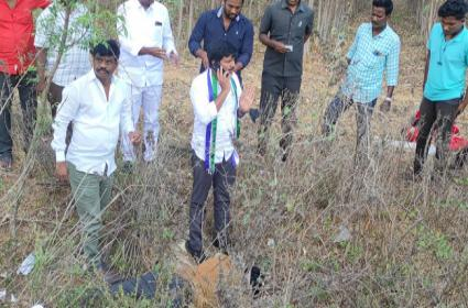 YSRCP MP Candidate Gurumurthy Helps Road Accident Victims - Sakshi