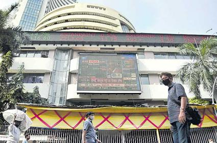 Investors lose Rs 3.6 trillion as Sensex falls 883 pts on Covid-19 woes - Sakshi