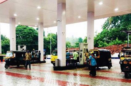 Kerala Petrol Pump Offers 3 Litres Of Fuel  Free, Despite Prices - Sakshi