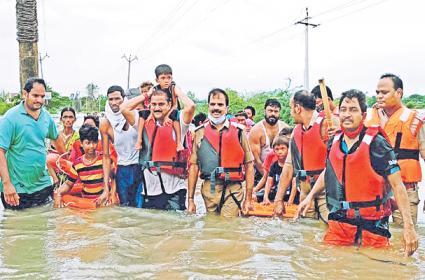 Heavy Rain Affect : Pond Lake Overflowing In Telangana - Sakshi