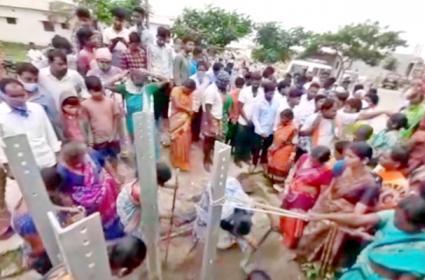 Thakkallapalli Villagers Are Demolishing 33 KV Power Towers In Rangareddy - Sakshi