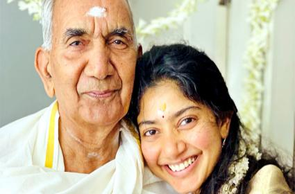 Viral: The Internet Loves Sai Pallavi Pictures With Her Grandparents - Sakshi