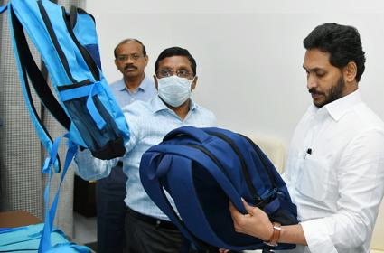CM YS Jagan Inspected The Quality Of School Bags And Shoes - Sakshi