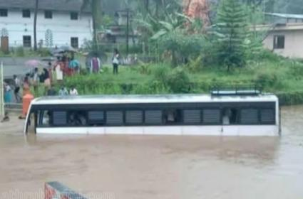 Heavy Rains Hits Kerala Red Alert In 5 District Orange Alert In 7 Districts Sounded - Sakshi
