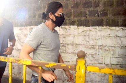 Shah Rukh Khan Visits Arthur Road Jail To Meet His Son Aryan Khan - Sakshi