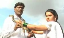 Couple Exchanges Snake Garlands In Maharashtra - Sakshi
