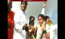 Couple Exchanges Snake Garlands In Maharashtra - Sakshi