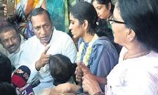 Sangeetha seeking Justice Infront Of Her husband srinivas reddy house - Sakshi
