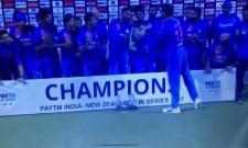 Virat Kohli Gives The Trophy To Mohammed Siraj - Sakshi