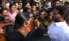 Kallumadi woman meet ys jagan - Sakshi