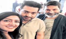Eesha Rebba Poses With NTR and Trivikram srinivas - Sakshi