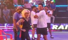 MS Dhoni Shows His Skills On The Kabaddi Floor In PKL - Sakshi