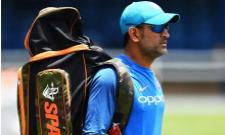 MS Dhoni Adorable Gesture Shows Why He Is Still A Crowd Favourite - Sakshi