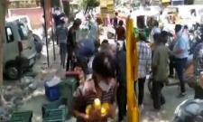 People Loot Mangoes In Delhi Viral Video