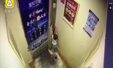 China Toddler Stucked In Elevator With Safety Leash
