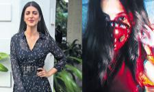 Actres Shruti Haasan creates her own cool mask - Sakshi